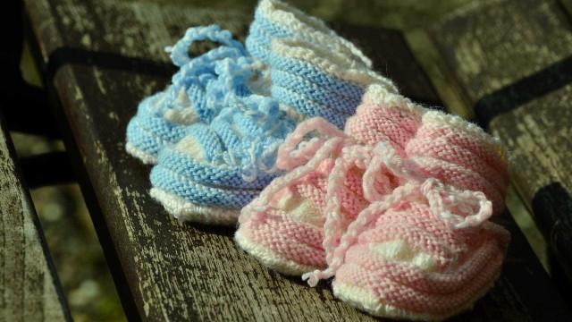 Empregada doméstica se muda para parto de gêmeas siamesas e pede ajuda