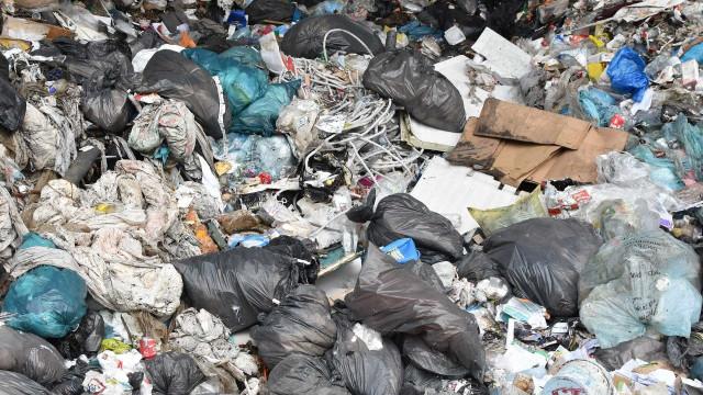 Por engano, funcionário joga no lixo saco com R$ 70 mil do patrão