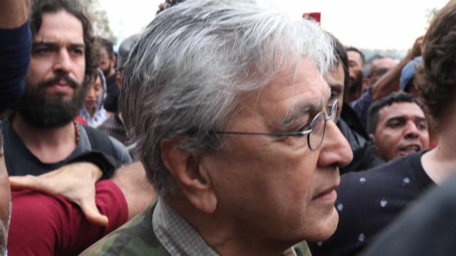 Após tumulto inicial, cortejo com Caetano empolga público paulista