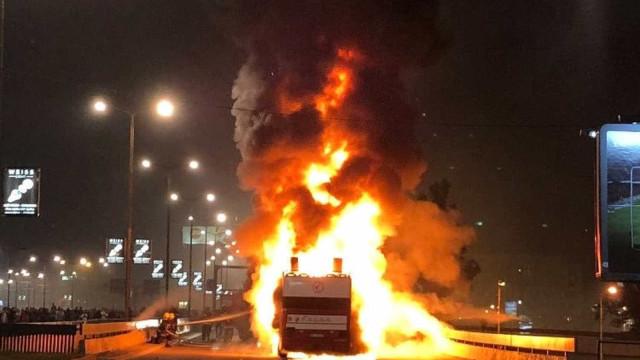 Ônibus do Estrela Vermelha pega fogo durante comemoração de título