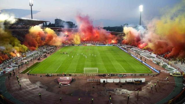 Torcida do Estrela Vermelha faz festa impressionante em estádio; vídeo