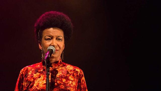 Cantora Juçara Marçal ganha público da Virada com sua voz poderosa