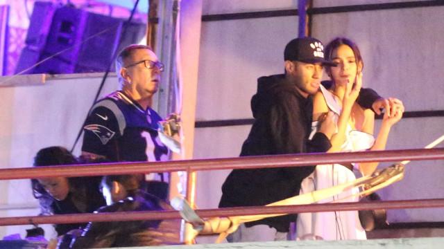 Aos beijos, Marquezine e Neymar curtem show no Rio