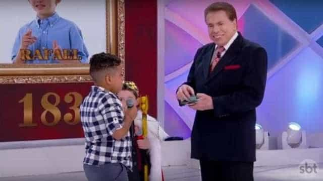 Menino perde competição, chora e comove Silvio Santos