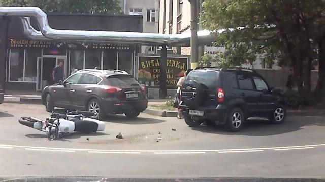 Motociclista fica preso debaixo de carro após acidente na Rússia