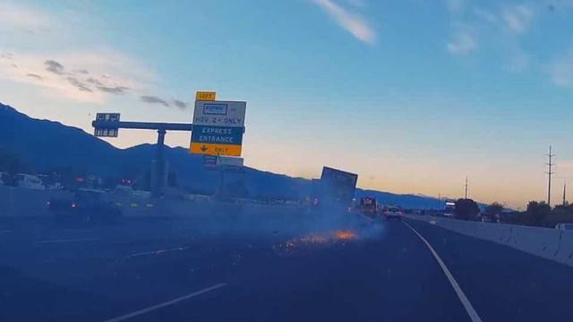 Carro em fuga quase é 'engolido' por caminhão
