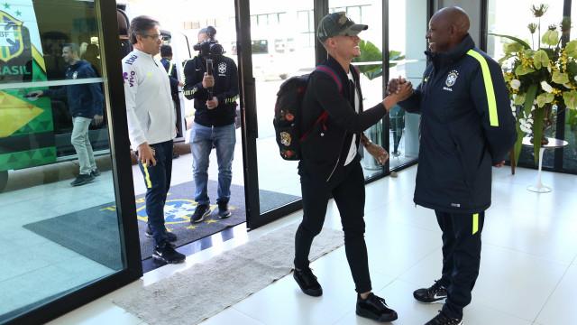 Coutinho e Paulinho se apresentam à seleção e Tite já tem 20 jogadores