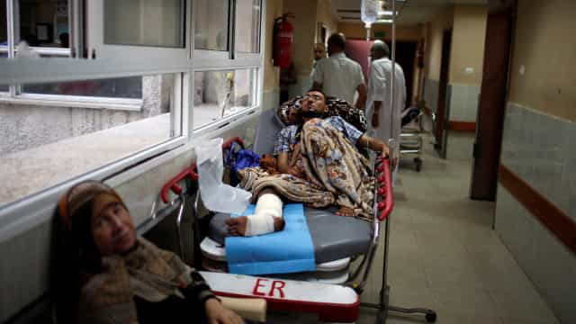 Sem condições, sistema de saúde de Gaza atende a feridos de guerra