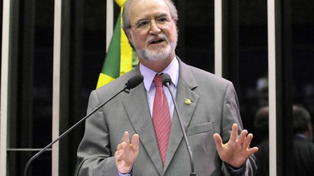 Ex-governador de MG, Azeredo se entrega à polícia em Belo Horizonte