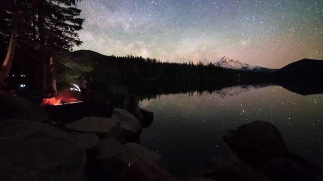 Imagens fanstásticas do espaço refletidas na água nos EUA