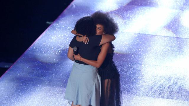 Taís Araújo chora ao abraçar filha de Marielle em premiação da MTV