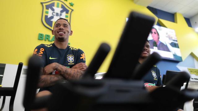 Gabriel Jesus perde aposta e vira 'garçom' de Neymar; vídeo
