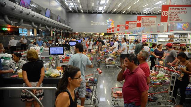 Vendas de supermercados caem em abril, diz Abras