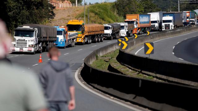 Manifestação de caminhoneiros interdita rodovia Presidente Dutra no RJ