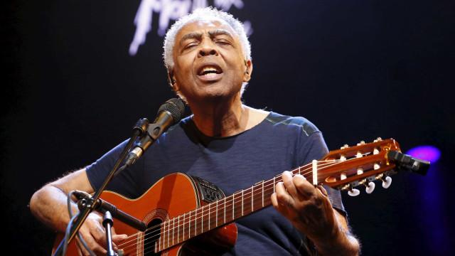 Gilberto Gil surpreende pedestres com show em avenida de São Paulo