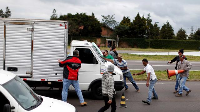 Caminhoneiros dizem que quem furar bloqueios receberão pedradas