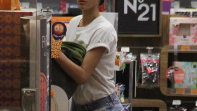 De shortinho, Bruna Marquezine faz compras e posa com fãs no Rio