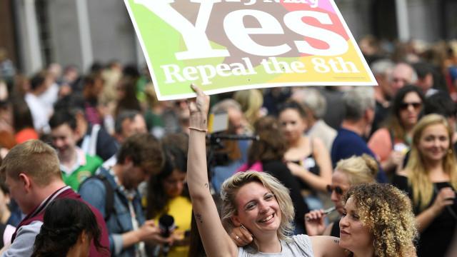 Irlandeses votam por legalizar o aborto em referendo histórico