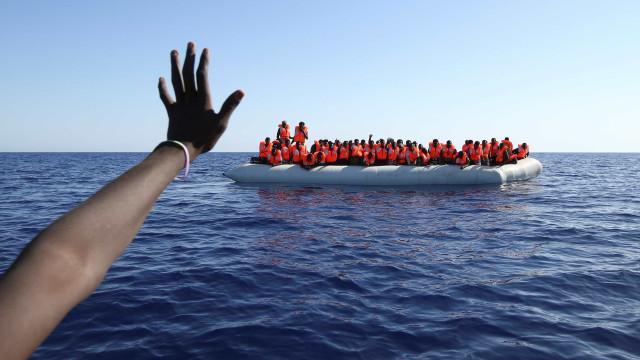 Barcelona se oferece para receber imigrantes e critica Itália