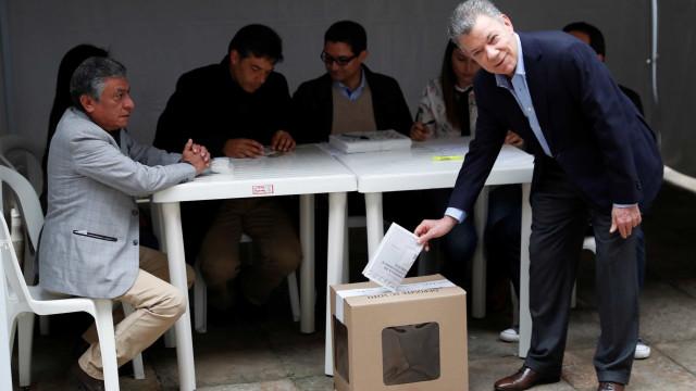 Juan Manuel Santos vota e pede que colombianos compareçam às urnas