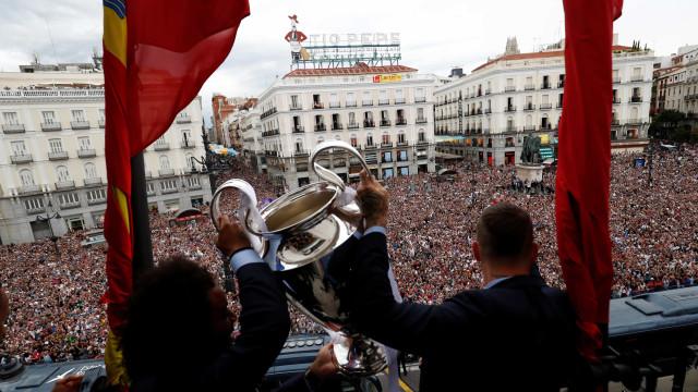 Craques do Real apresentam taça para torcida em Madrid