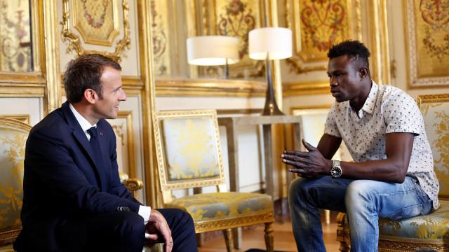 Imigrante que salvou criança vai receber nacionalidade francesa