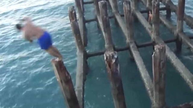 Jovem arrisca a vida saltando de pier em Fortaleza