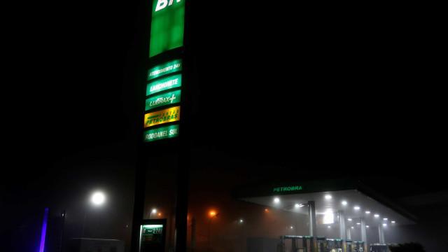 Postos de SP rejeitam combustível após atos de violência; PM usa Choque