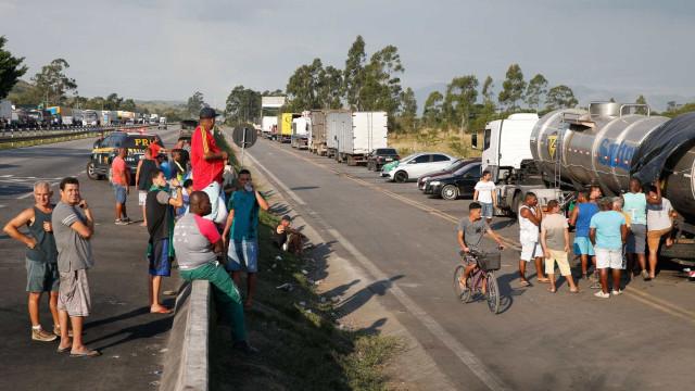 PRF e Exército fazem ofensiva para tirar caminhões da Dutra