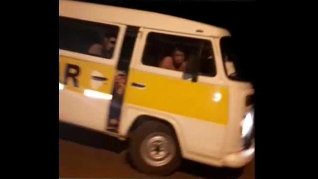 Motorista de van escolar é flagrado dirigindo pelado no interior de SP