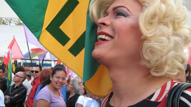 Drag queen Salete Campari comanda trio elétrico na Parada LGBTQ