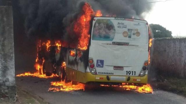 Ônibus é incendiado em Natal, e empresas decidem recolher frota