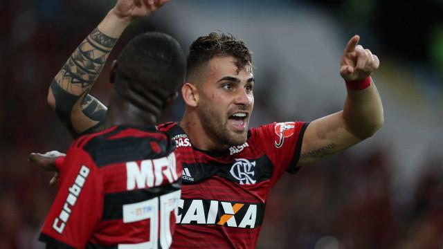 Flamengo vence o Corinthians e segue na liderança do Brasileirão