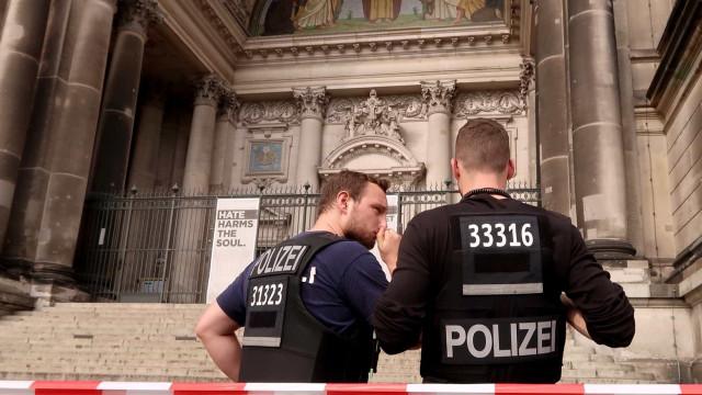 Vídeo mostra momento em que homem é baleado na Catedral de Berlim