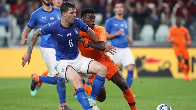 Fora da Copa, Itália e Holanda empatam em 1 a 1