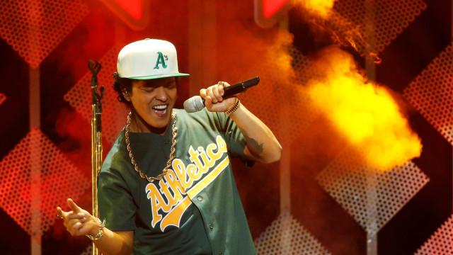 Bruno Mars abandona palco de show após incêndio