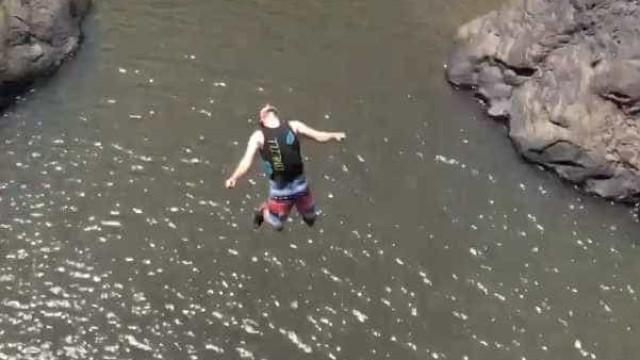 Homem salta de cascata em duplo mortal a 30 metros de altura