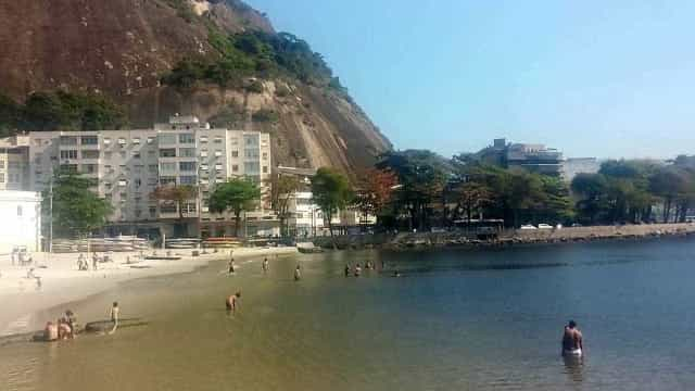 Bombeiros encontram seis corpos na praia da Urca