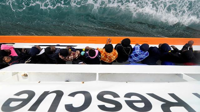 Navio recusado por Itália e Malta leva 134 menores e 7 grávidas