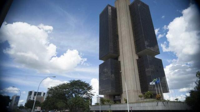 Margem de lucro dos bancos cai pela metade em operações de crédito