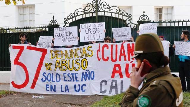 Polícia apreende documentos em dioceses católicas no Chile