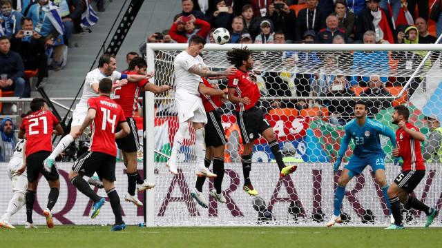 Do banco, Salah vê Egito perder para o Uruguai em estreia
