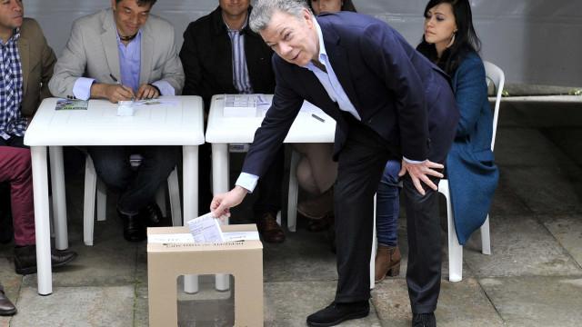 Presidente da Colômbia vota no 2º turno e diz que eleição é histórica