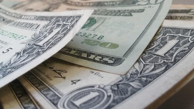 Bolsa fecha estável e dólar cai à espera de pesquisa eleitoral