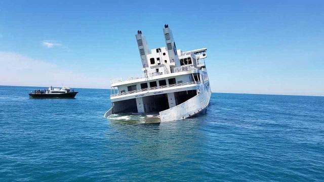 Balsa de luxo é afundada para virar atração na costa dos EUA