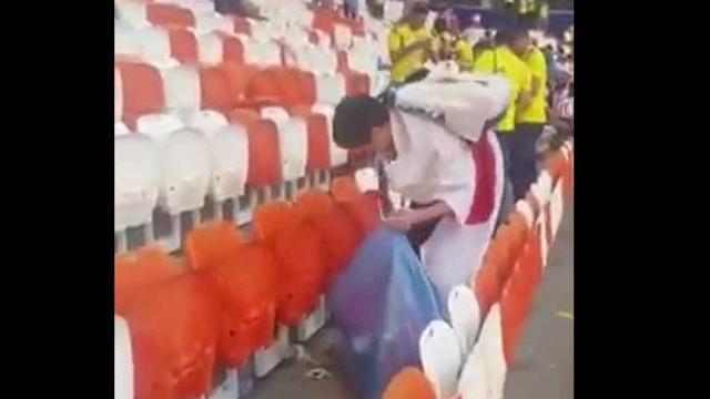 Torcedores japoneses limpam arquibancada após vitória sobre a Colômbia