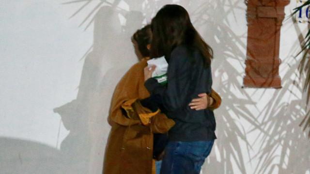 Bruna Linzmeyer janta e troca beijos com a namorada no Rio