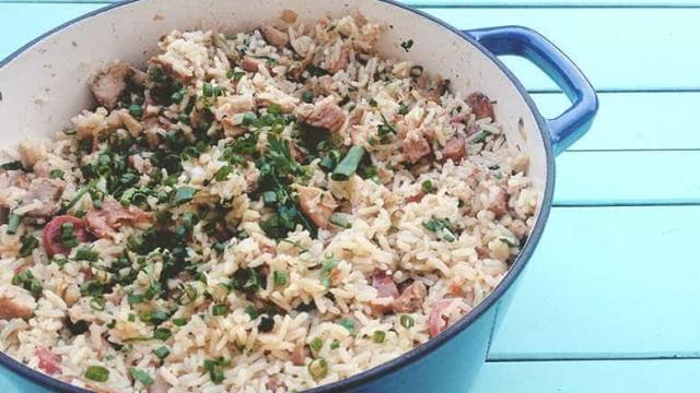 Faça um arroz carreteiro com carne e linguiça
