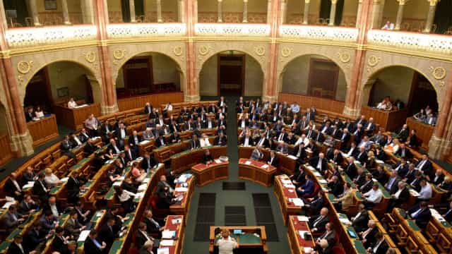 Hungria aprova lei que criminaliza ajuda a imigrantes ilegais