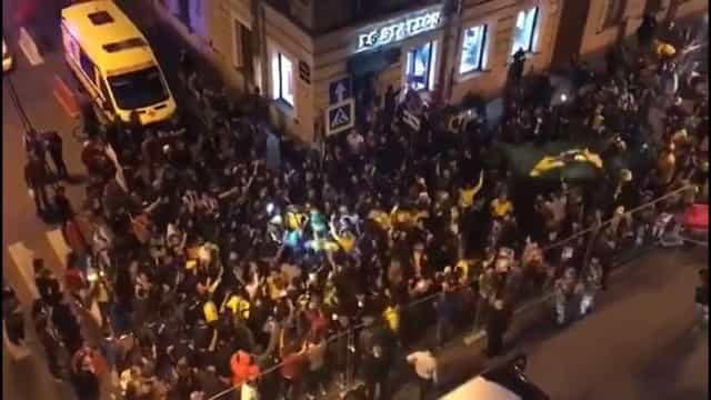 Torcedores recepcionam seleção após chegada em São Petesburgo; vídeo
